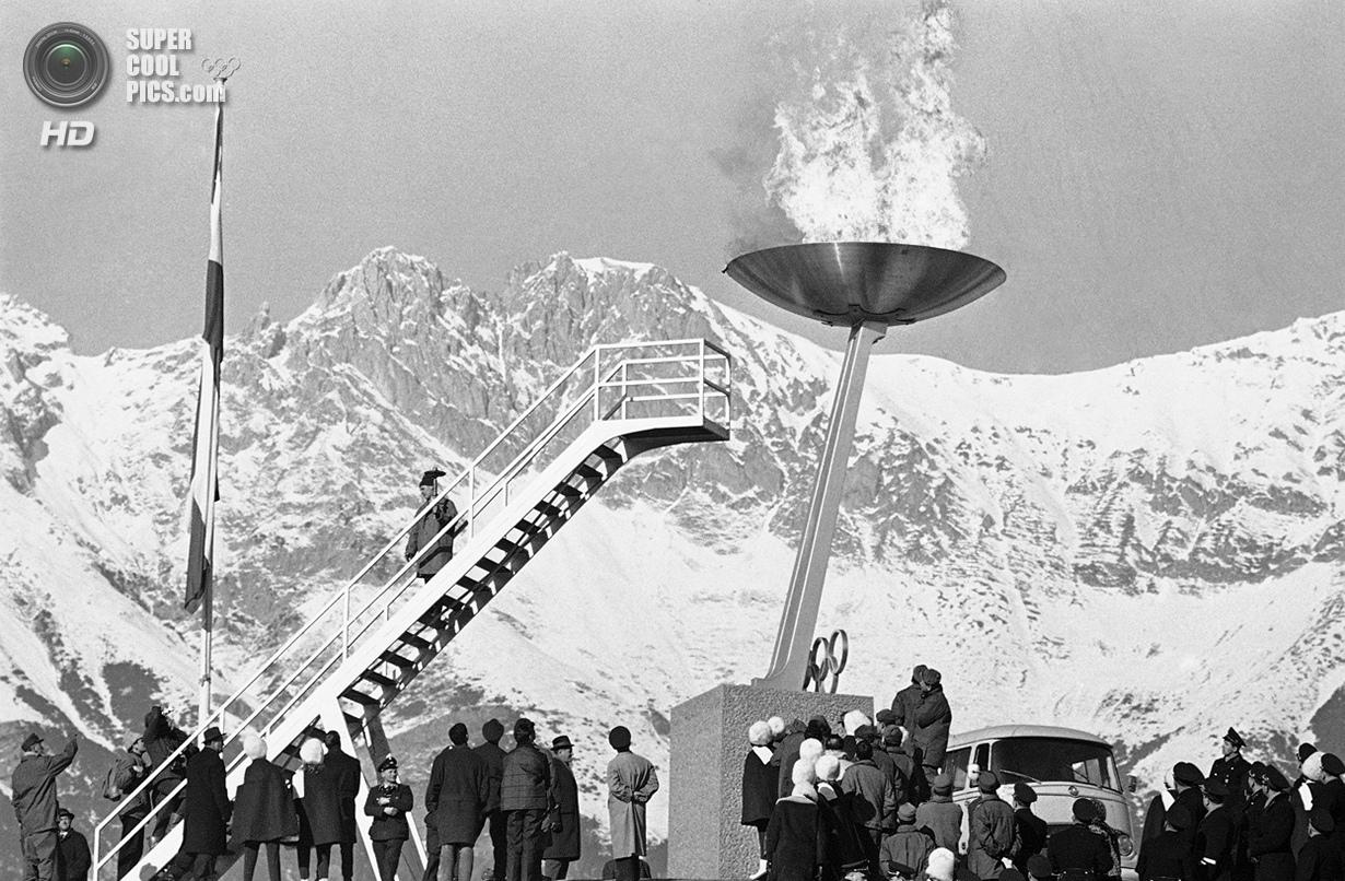 Австрия. Инсбрук, Тироль. 21 января 1964 года. Олимпийский огонь на церемонии открытия IX Олимпийски