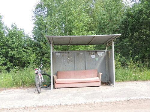 автобусная остановка с диваном