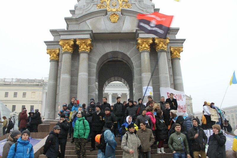 Евромайдан под стелой Независимости