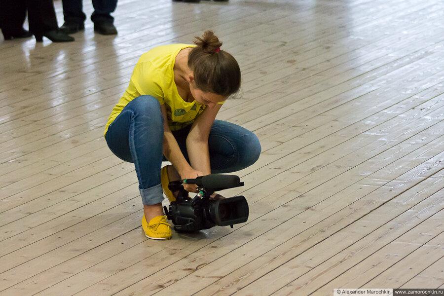Девушка снимает видео на танцплощадке в Екатерининском парке (Москва)