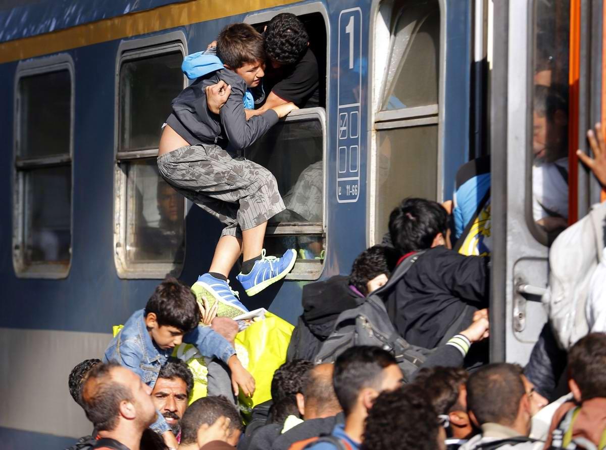 Штурм Будапешта: Мигранты с Ближнего Востока на ж/д вокзал венгерской столицы (24)