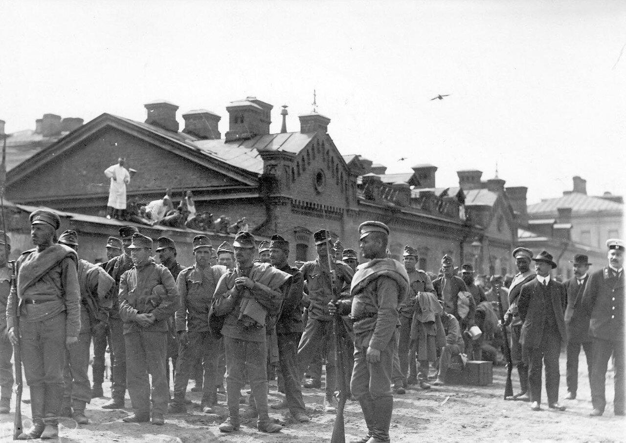 19. Группа австрийских военнопленных с конвоиром у Калашниковской пристани