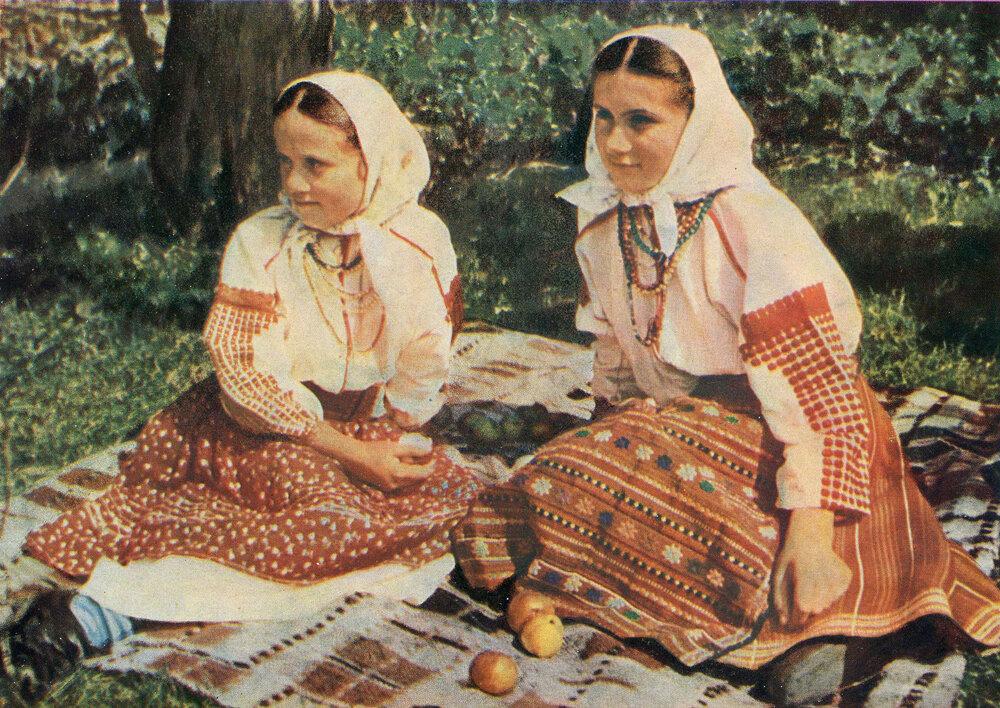 Девушки в праздничном наряде. Село Копачинцы Черпелыцкого р-на Станиславской обл.