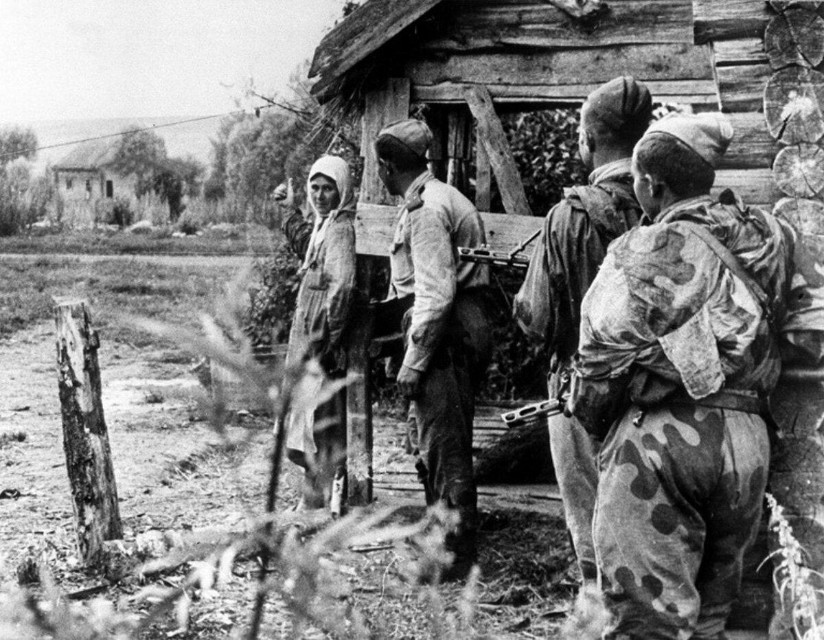 1943. Крестьянка рассказывает советским разведчикам о расположении вражеских частей. К северу от города Орла