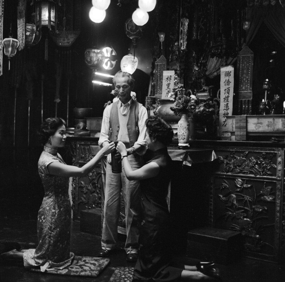 Две китайско-американские женщины пришли, что бы узнать свое будущее в китайском храме на Пайн-стрит.
