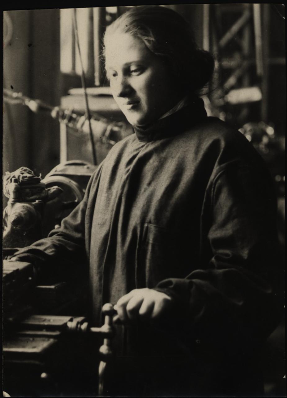 Еврейка - раздатчица главного механического цеха. «Электрозавод». Москва. 1920-е - 1930-е.