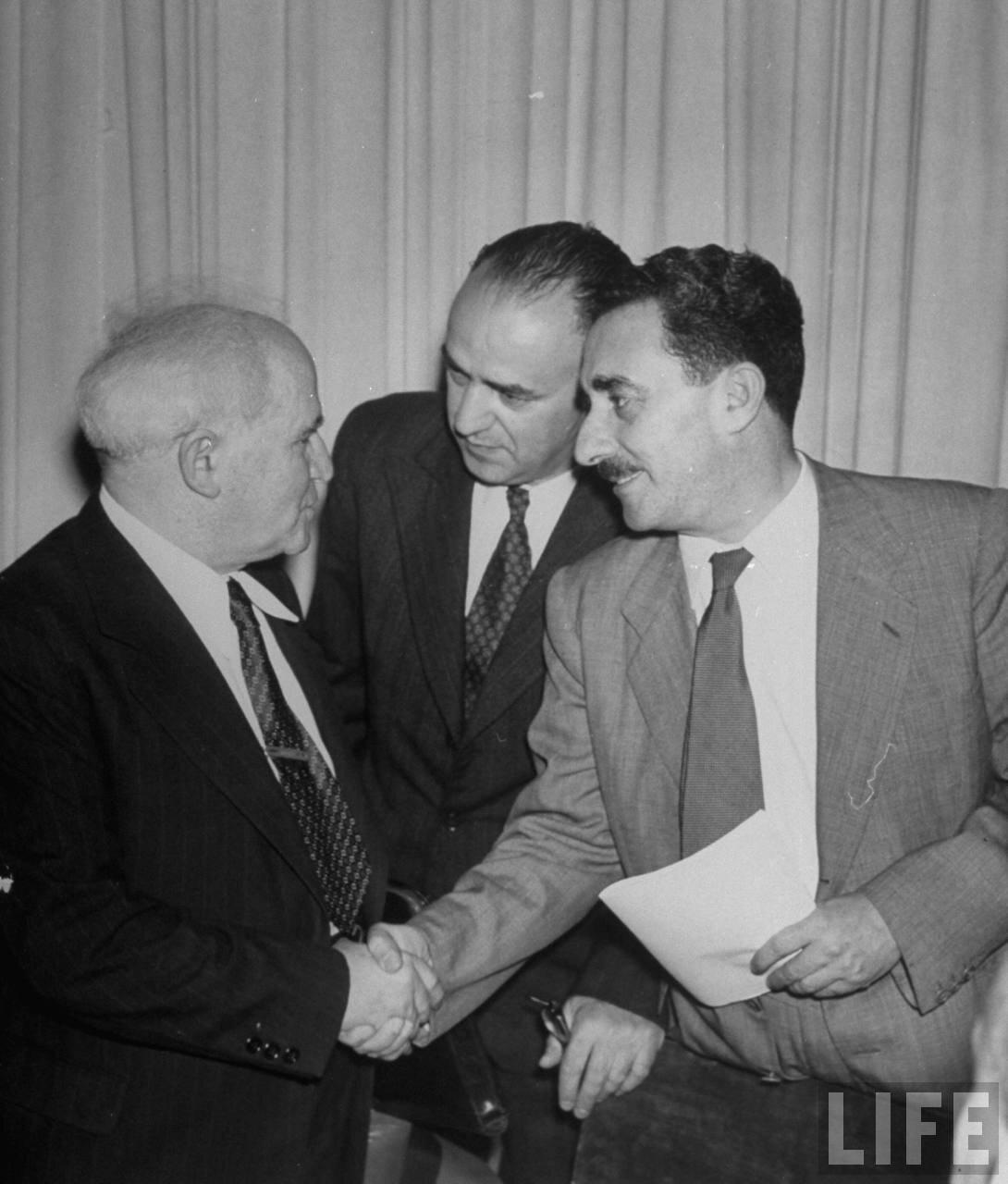 1948. Май. Министр иностранных дел Израиля Моше Шарет обменивается рукопожатием с премьер-министром Израиля Бен-Гурионом