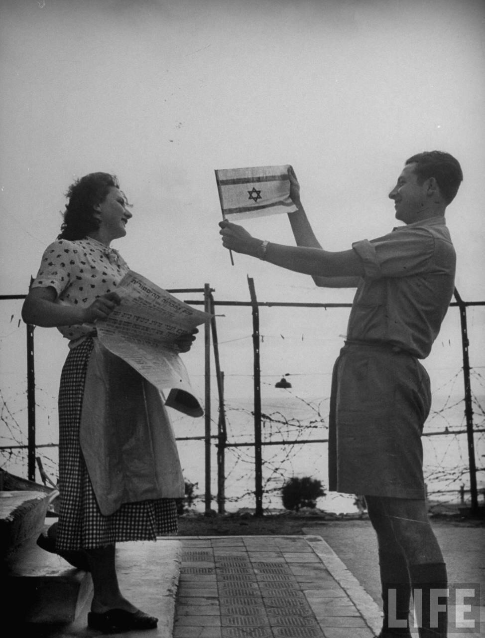 1948. Май. Счастливая еврейская семья рассматривает флаг Израиля после окончания британского мандата