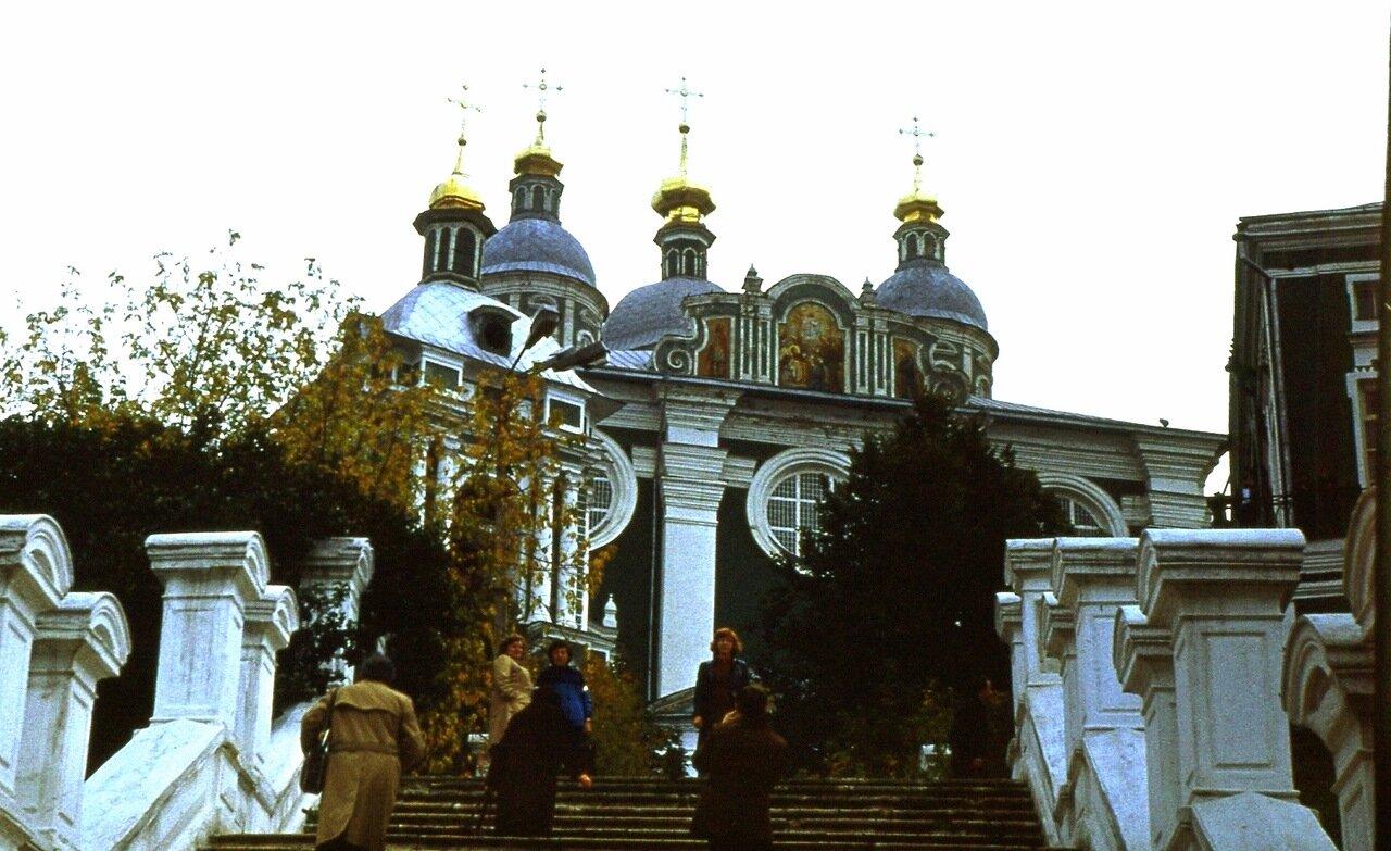 18. На  ступенях  Успенского  кафедрального  собора