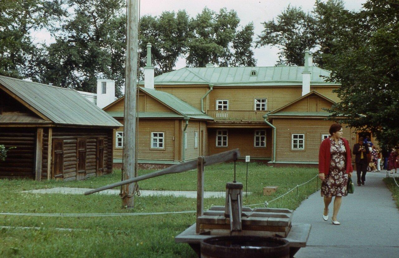 91.  Двор  дома-музея