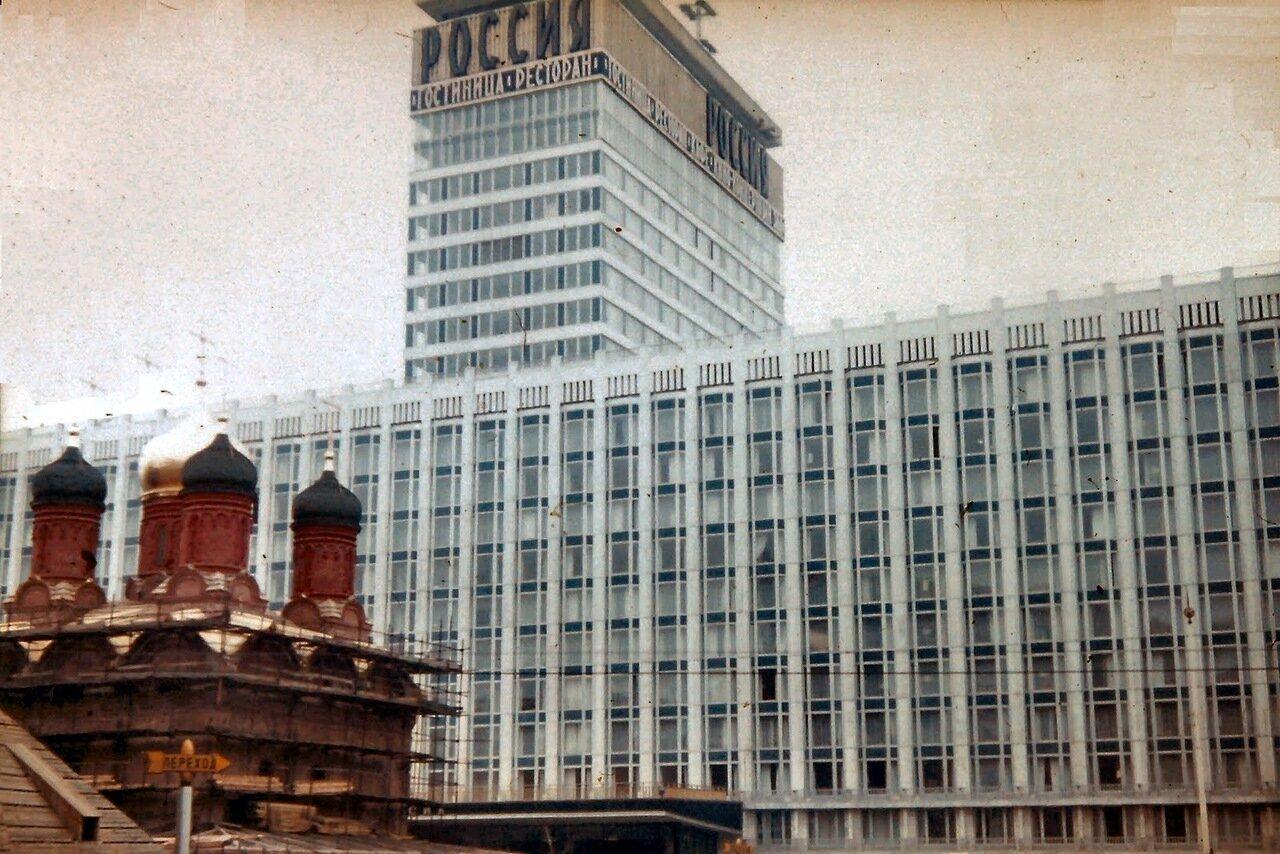 MOSCOU - Le Rossiya qui comptait 3182 chambres pour 5300 personnes, 245 demi-suites, une poste, une salle de concert, un cinéma et un salon de coiffure, était un des plus grands en Europe.