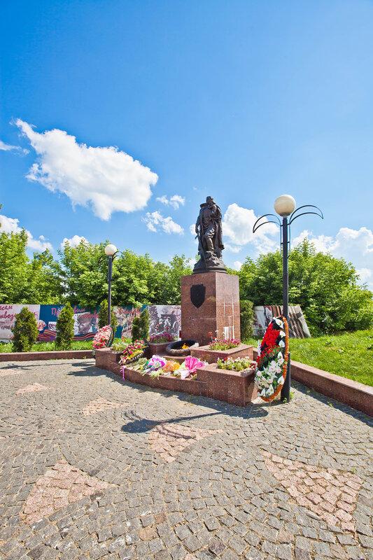 Вечный огонь в мемориальном комлексе на Красной горе в Серпухове
