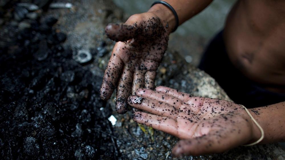Молодые венесуэльцы ищут металл в реке, чтобы выжить