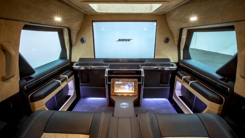 Роскошный бронированный внедорожник внедорожник, Rhino, Уникальный, телевизором, комплектации, главное, удобство, безопасность, пассажиров, Салон, оборудован, двумя, удобными, креслами, 40дюймовым, телевидением, спутниковым, передач, многим, другим