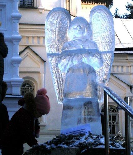 Рождественские ангелы у храма