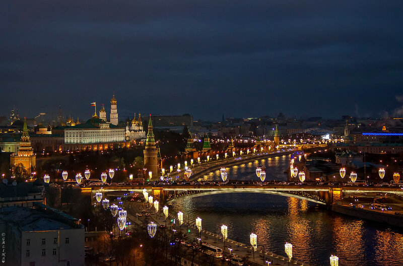 Купается Москва в фонтанах света,в огнях, подсветках, отблесках неонов....