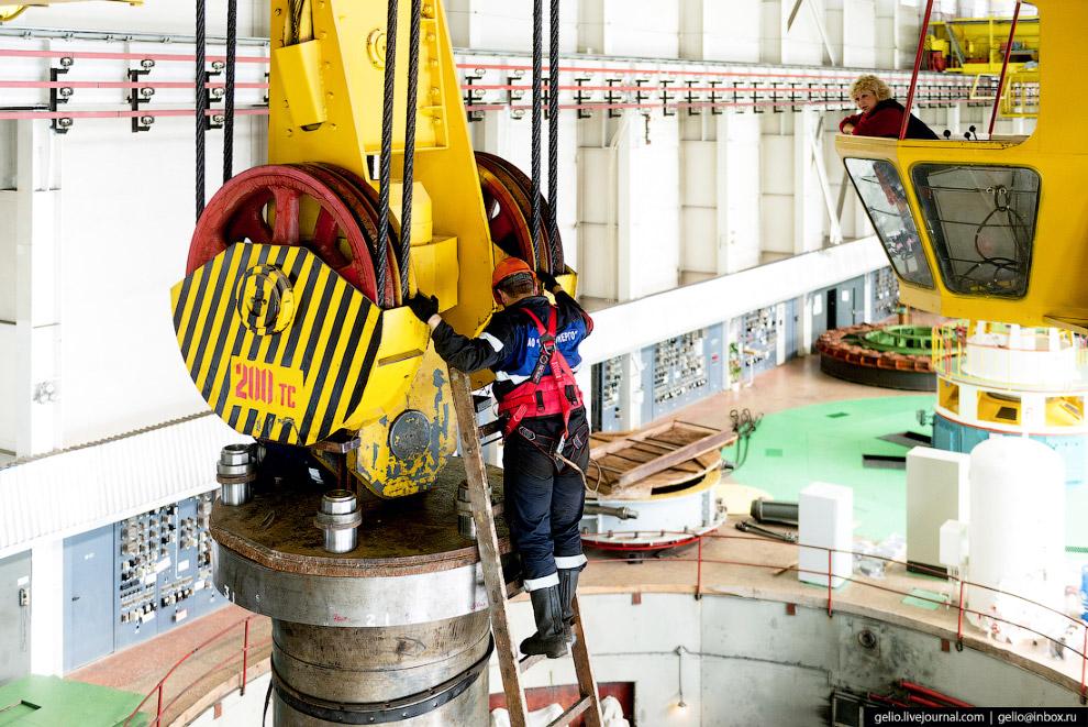 20. Второй напряжённый период для машинного цеха приходится на лето, сотрудники ремонтируют оборудов