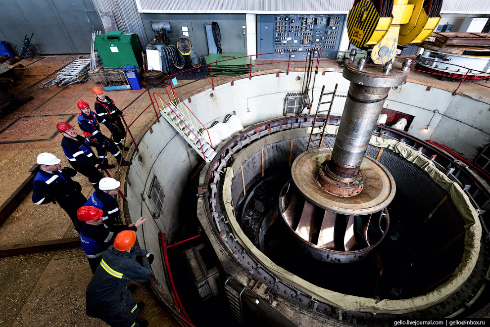21. Ремонтники спускаются в турбинное «гнездо», освободив его от агрегата.