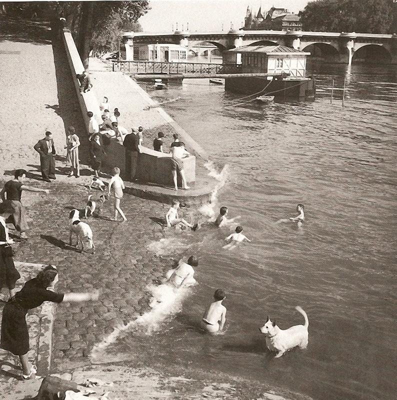 8. Пляж у Нового моста. Дети и собаки барахтаются в Сене с наступлением теплых дней 1935-го.