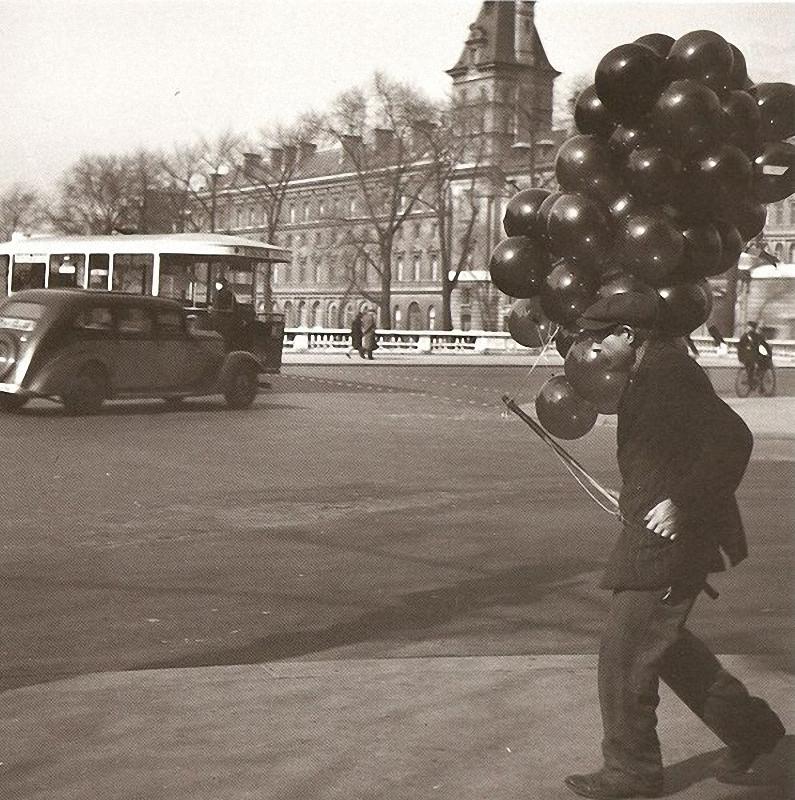 26. Продавец шаров на площади Сен-Мишель. Эти воздушные шары ожидают детей, чтобы подняться в воздух