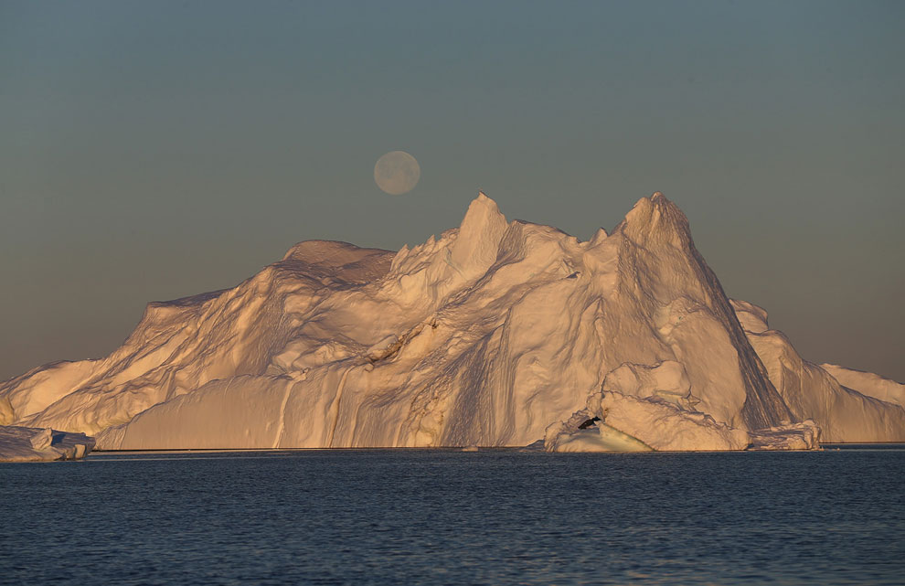 Таяние ледников. На фотографии видна талая вода, текущая вправо по огромной проталине, 17 июля 2013.