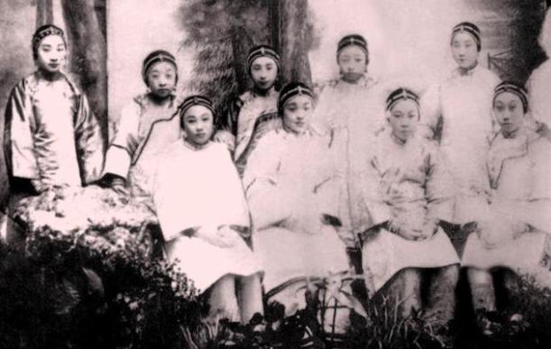 Коллективное фото проституток из района ???? / «Восемь больших хутунов» (традиционное название пекин