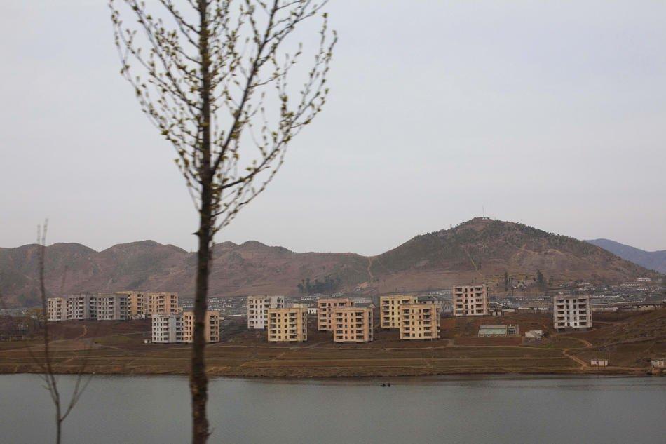 Монумент трех хартий объединения Родины на проспекте Тхоньир города Пхеньяна. В обеих сторо