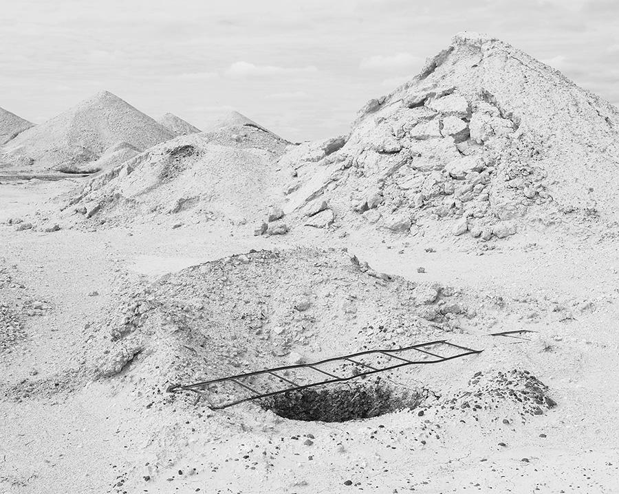 Залежи драгоценных камней были впервые обнаружены здесь в 1915 году, и его добыча остается основным