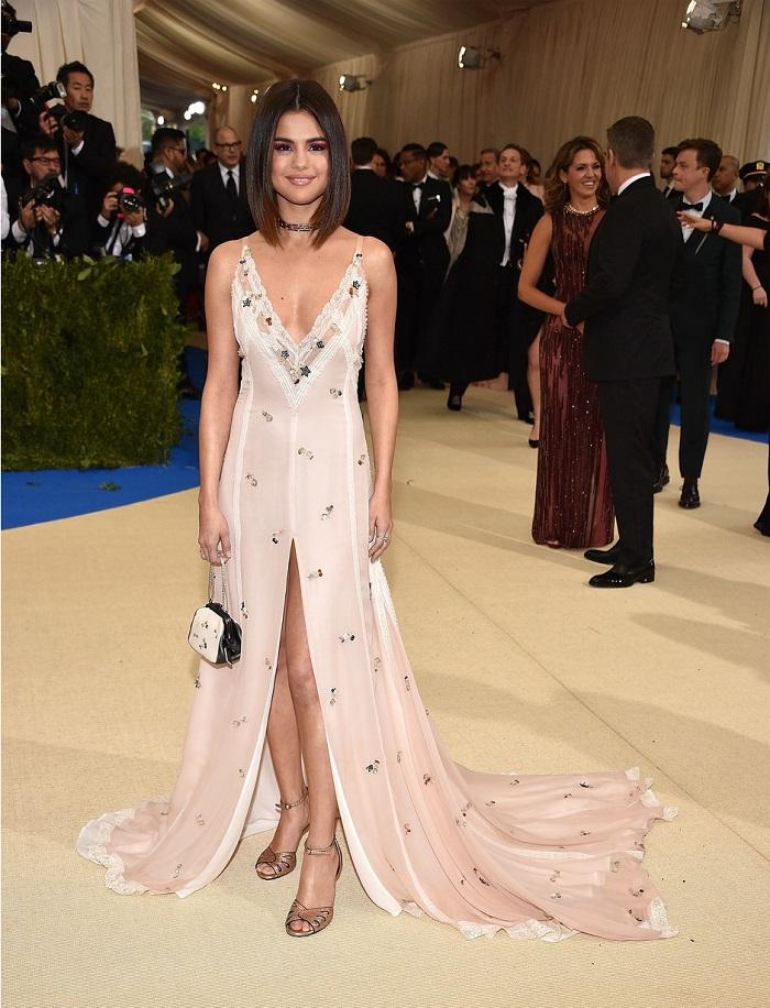 Лили Коллинз в платье от Giambattista Valli