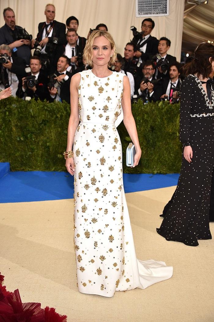 Лили Джеймс в платье Burberry