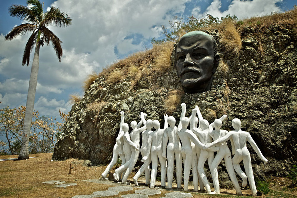 Рядом с кубинской Гаваной можно наткнуться на памятник Колина-Ленин. Эта скульптура представляет соб