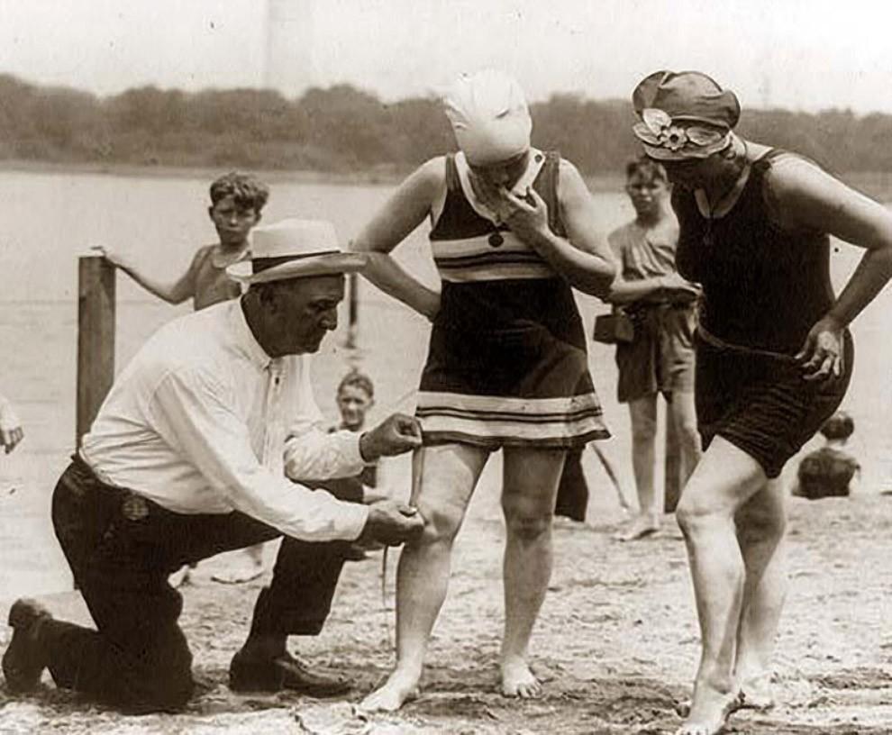 23. Измерение длины купальника — если он слишком короткий, женщину оштрафуют, 1920-е.
