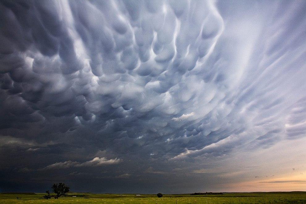 Однако при особых условиях (влажный воздух вверху и сухой внизу) в атмосфере начинают формироваться