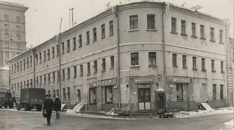 Магазин Молоко в Подколокольном переулке (площадь Максима Горького). 1970 год