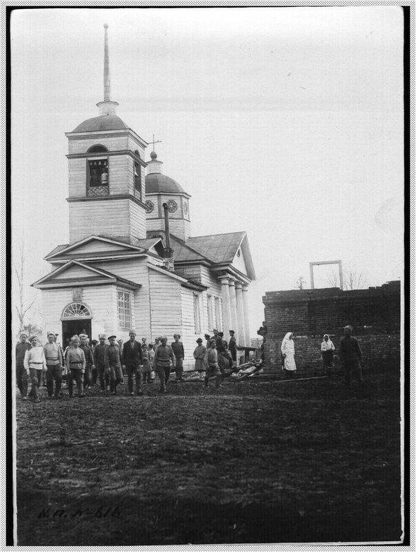 Солдаты у церкви.jpg