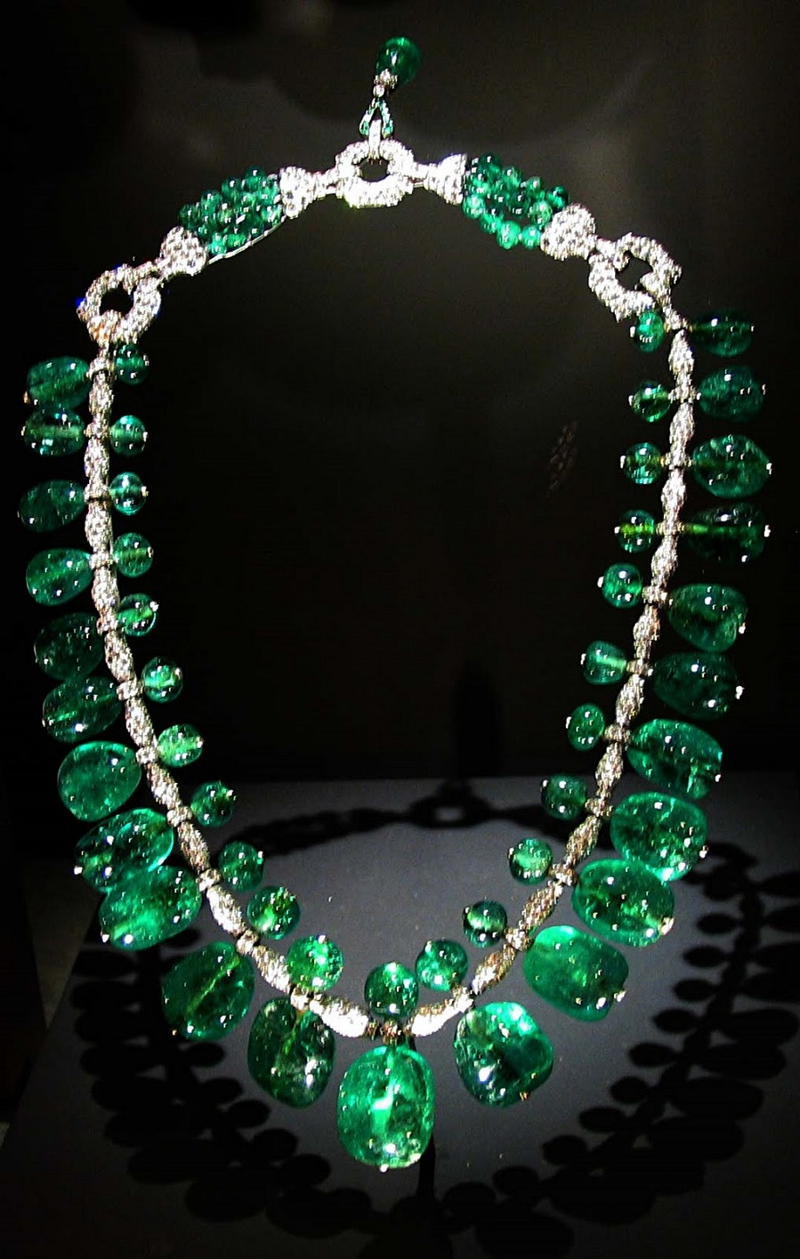 indian-emerald-necklace-from-columbia-made-by-cartier-1928-on-display-smithsonian-museum-of-natural-history-august-2010.jpg