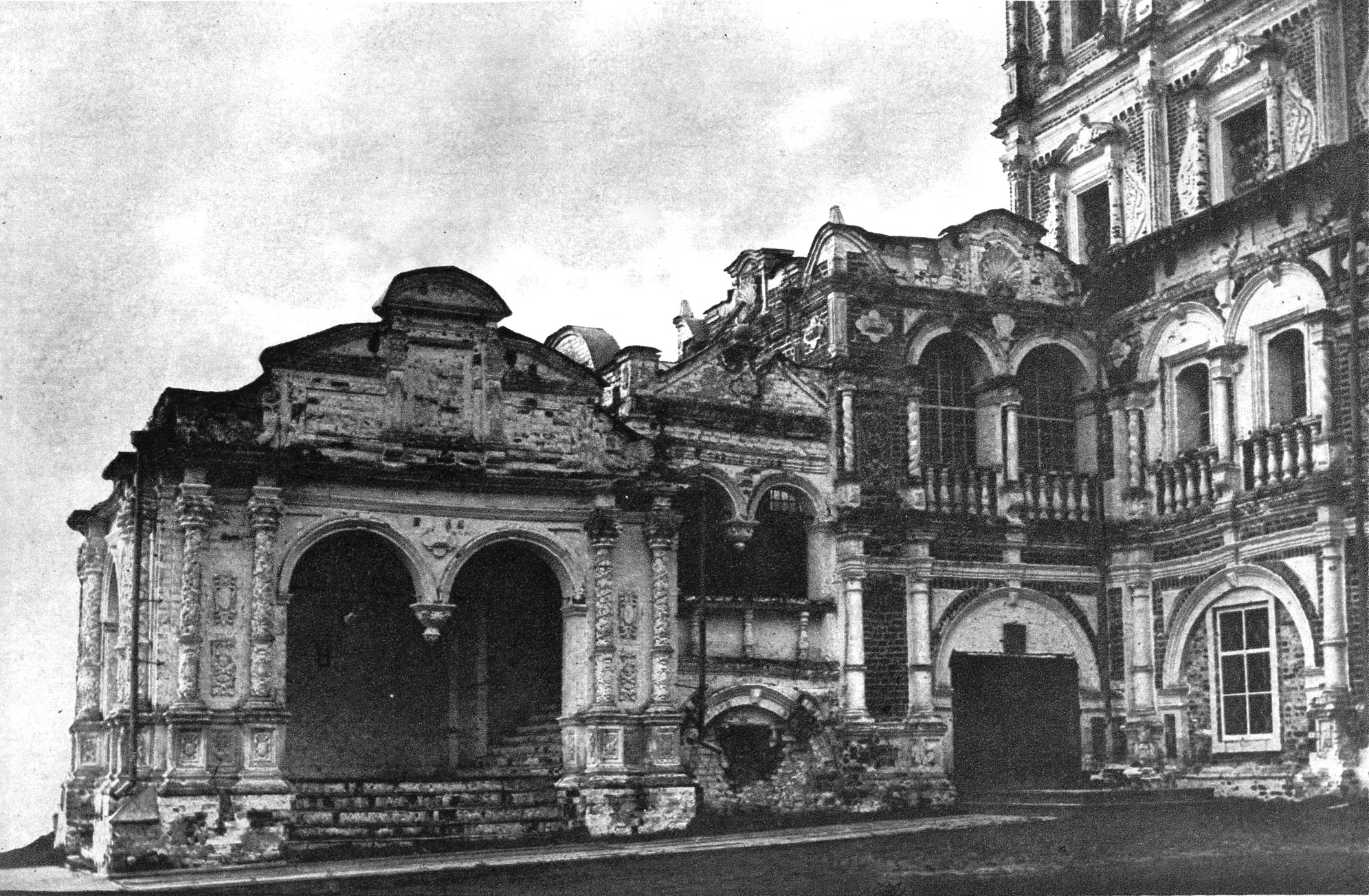 Крыльцо собора Введенского монастыря