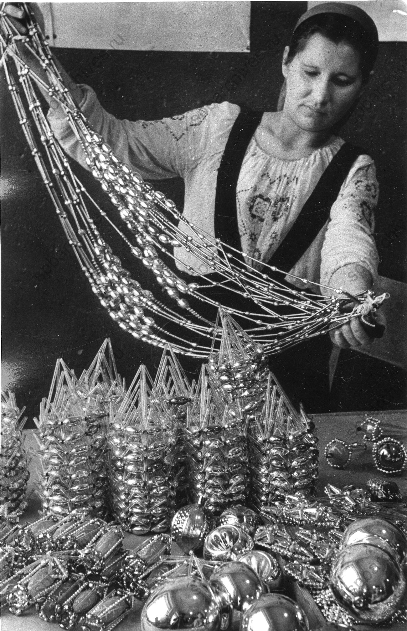 1949. Работница промысловой кооперации за сборкой елочных украшений. 3 декабря