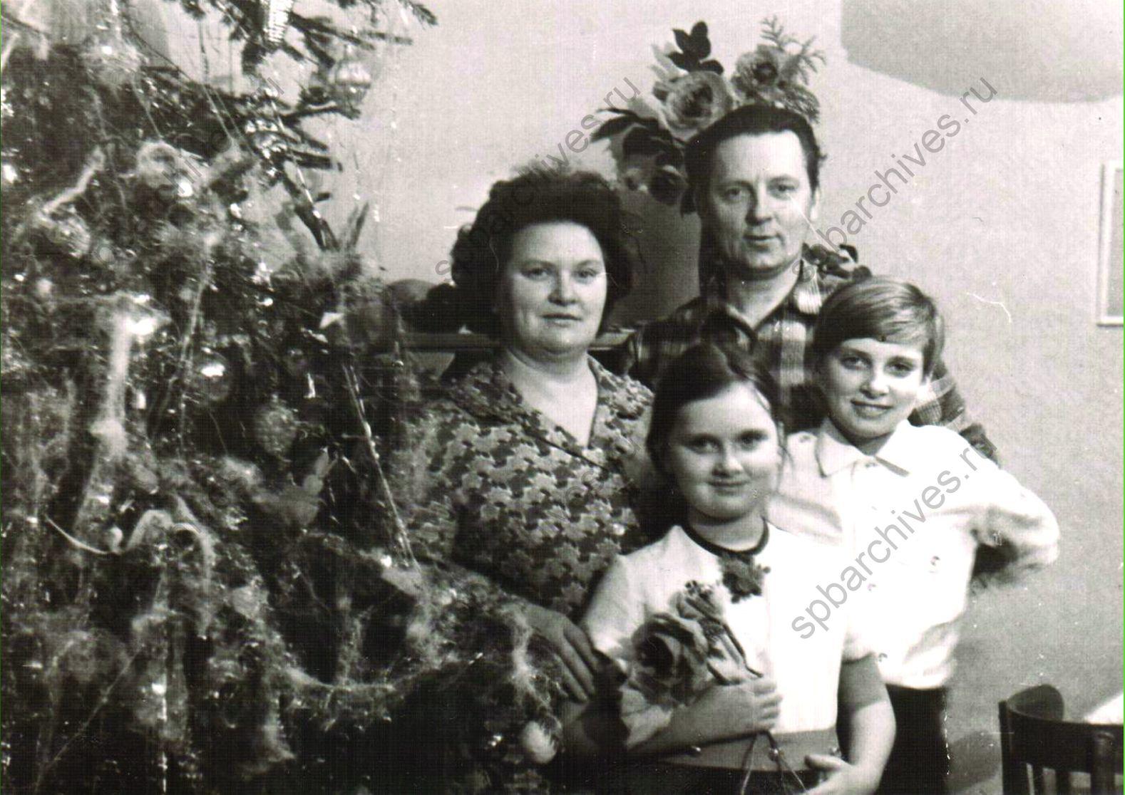 1970-е. Семья Сабуровых у новогодней ёлки