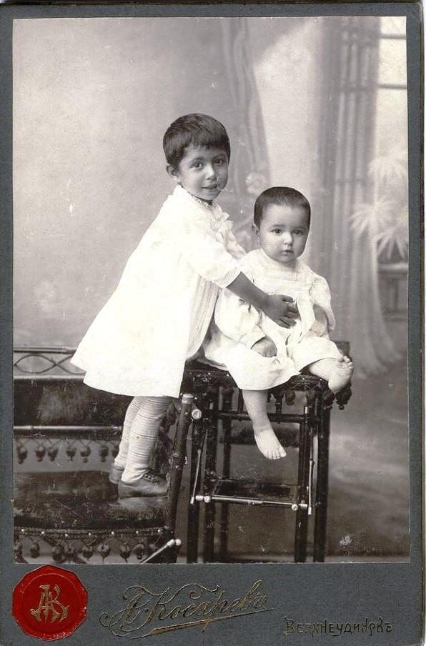 Два мальчика в белых платьицах