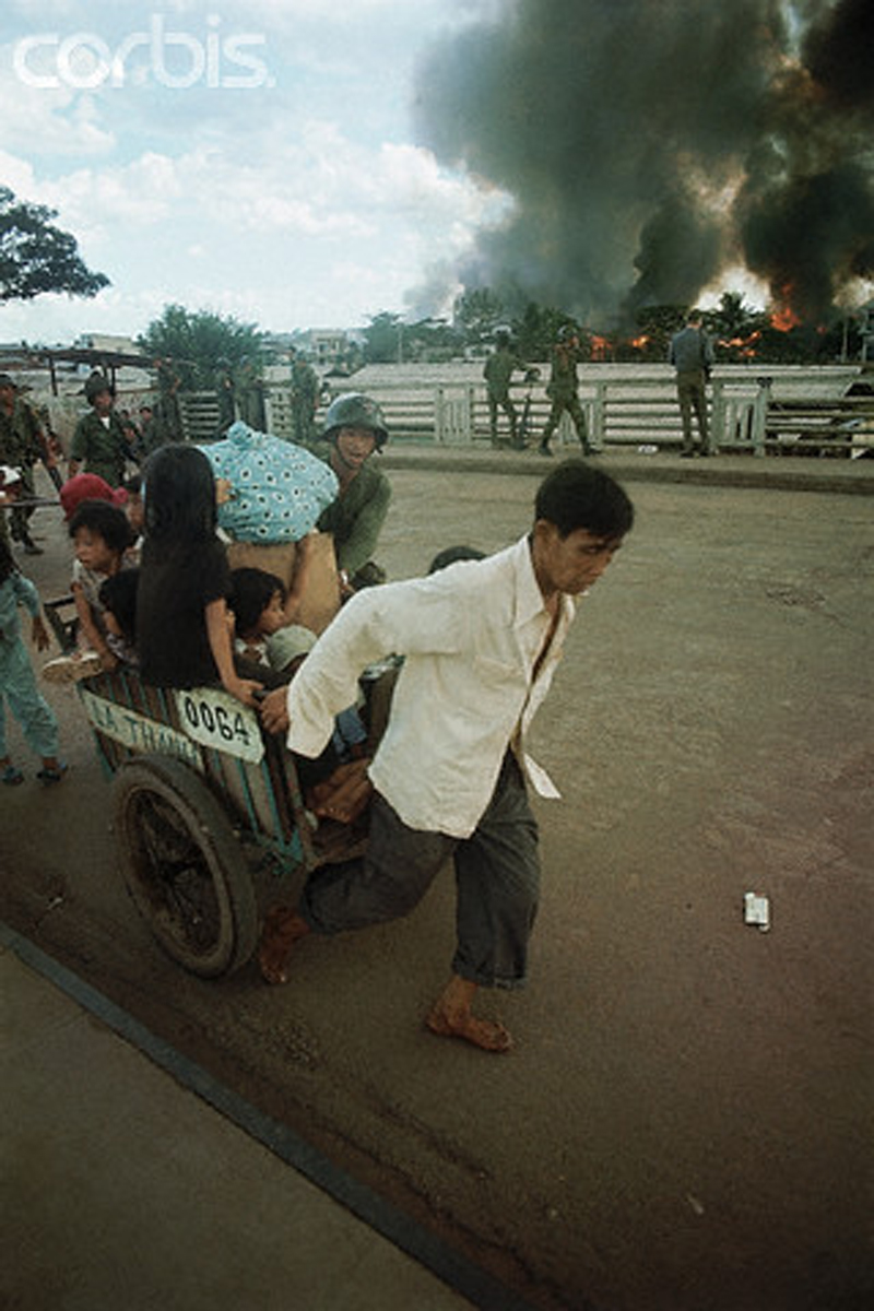 Беженцы бегут из района Таншоннят после атаки Вьетконга. 6 мая