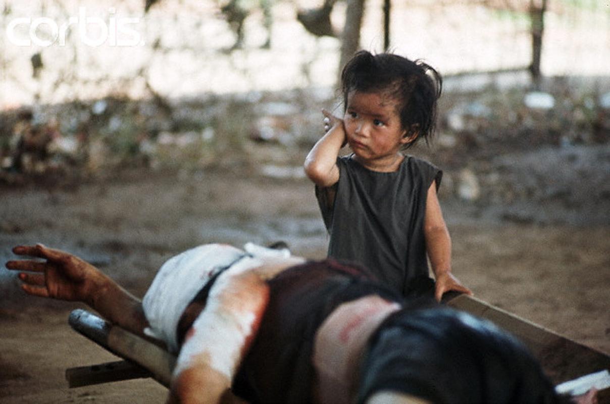 Ребенок рядом со своей раненой матерью на станции медицинской помощи в районе Тёлон. 7 мая