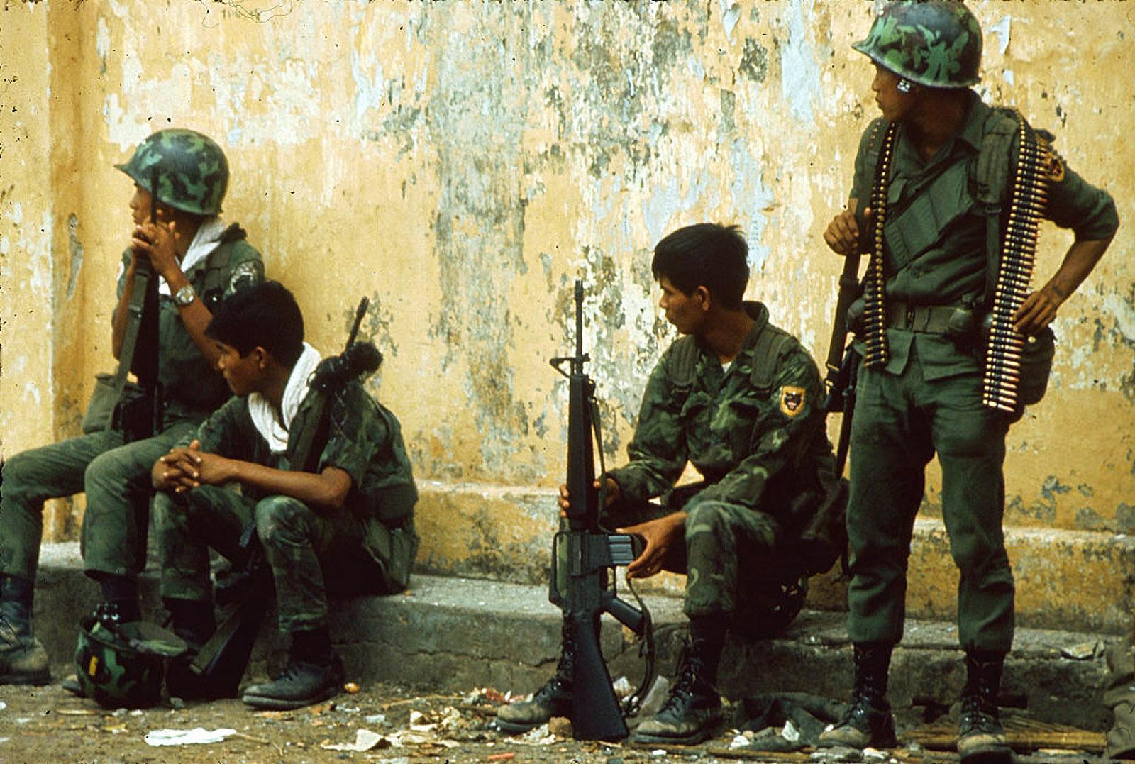 Южновьетнамские рейнджеры в момент отдыха во время битвы за почтовое отделение в Тёлоне. Май