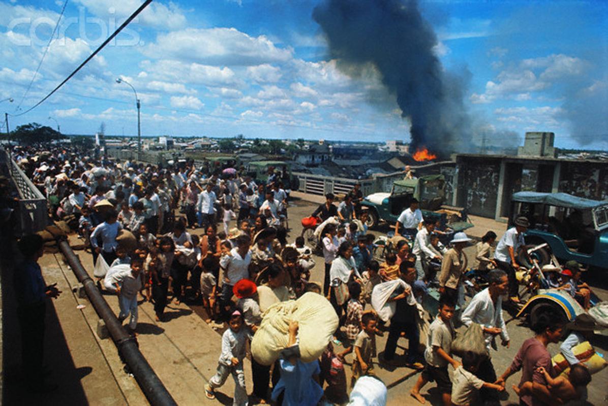 Беженцы бегут из их горящих домов. 9 мая