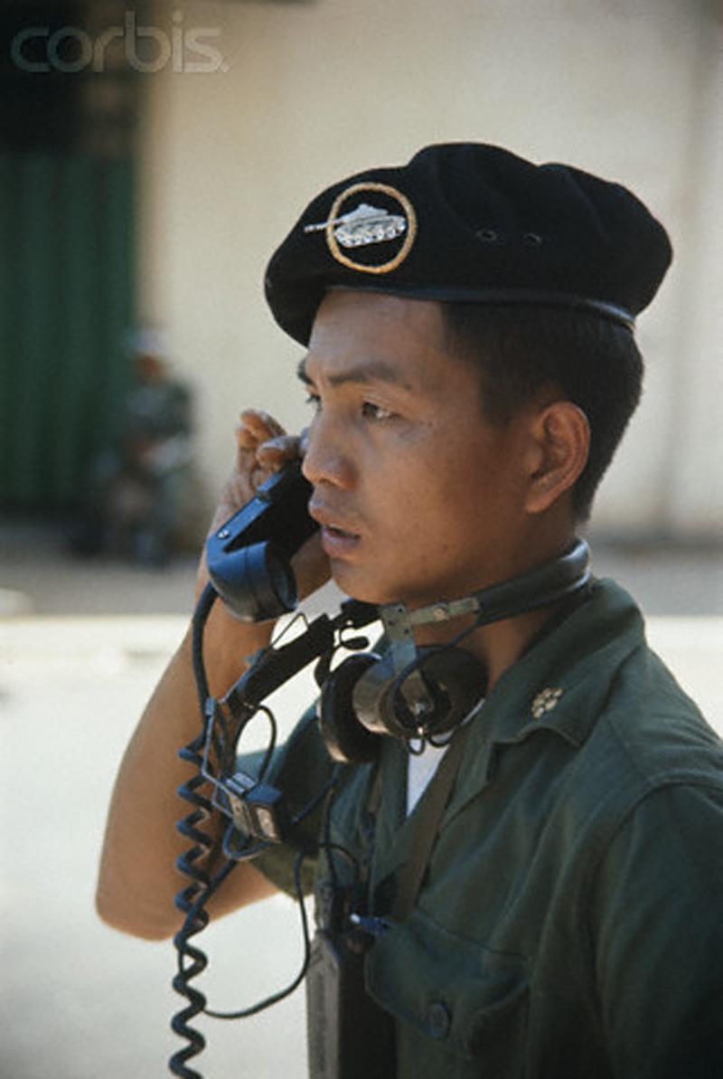 Войска с танками и пулеметами очищают район Тёлонг от остатков вьетконговцев. 5 июня