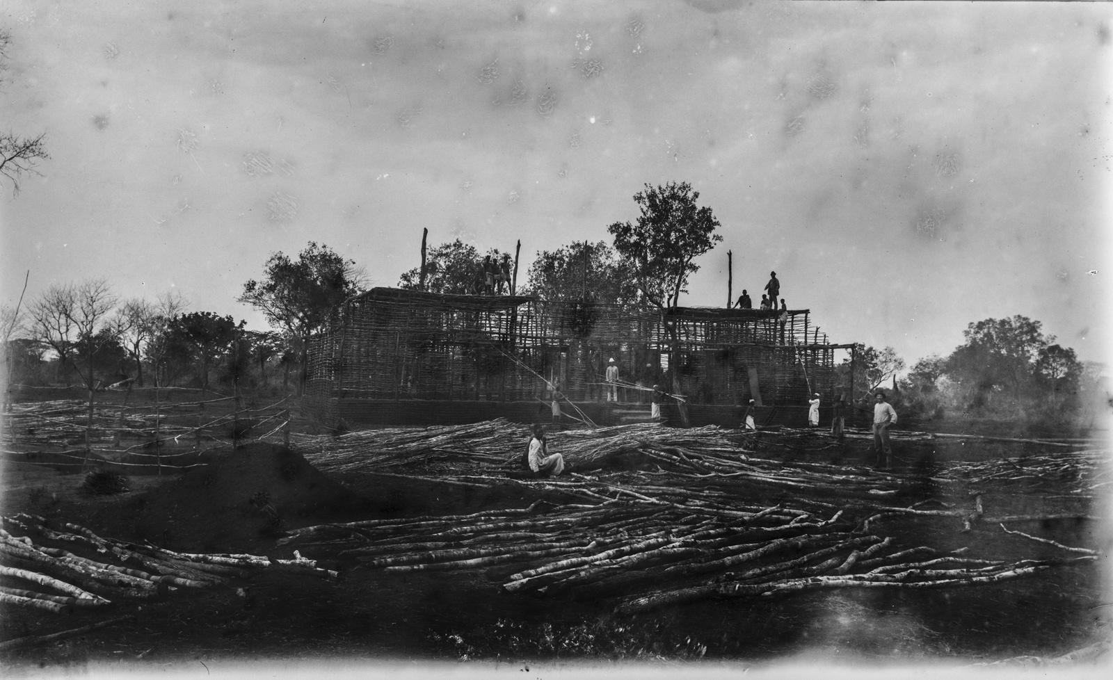 338. Строительство дома писателя Фрица Блея, начальника колонии Узунгула в немецкой Восточной Африке