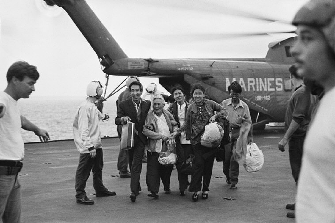 Беженцы на транспортном средстве Корпуса морской пехоты США