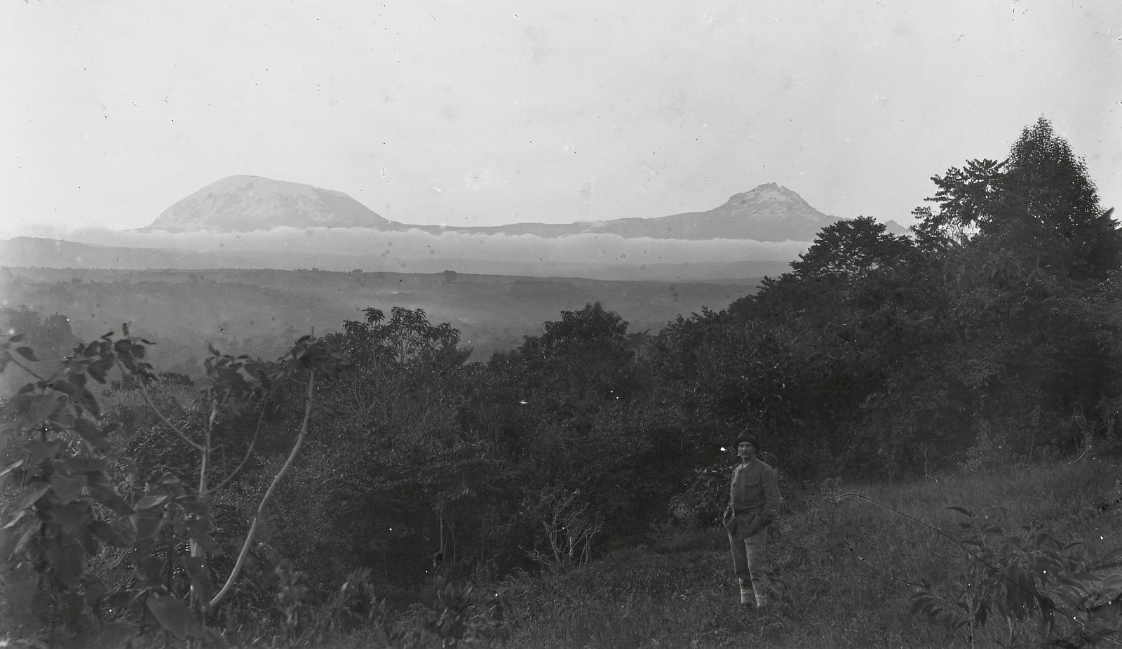 383. Вид на горный тропический лес с холма в Моши (около 1000 м) с юга. На переднем плане Ганс Мейер