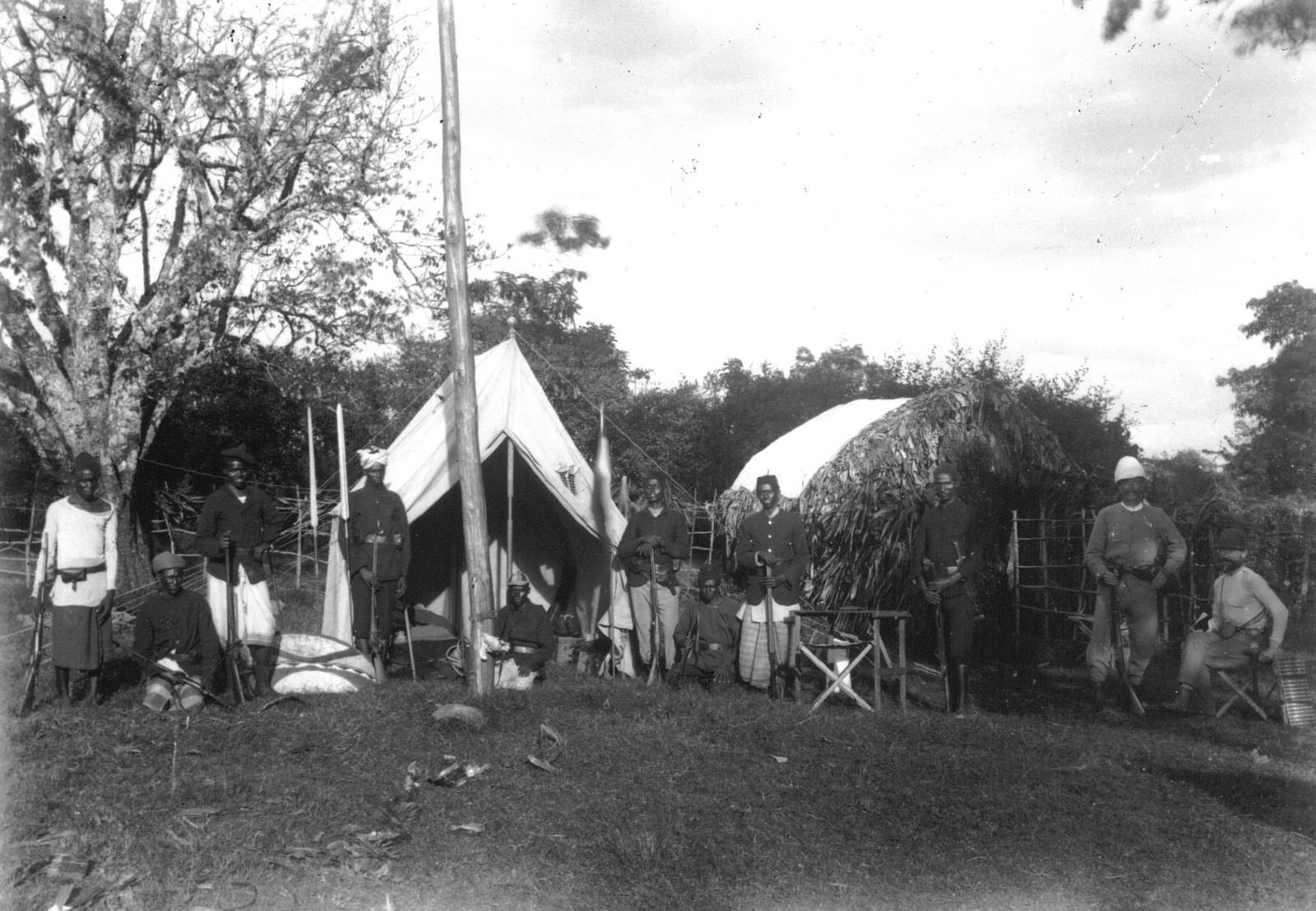 390. Марангулагер (южный базовый лагерь первого восхождения, справа Л. Пуршеллер и Ганс Мейер) с вооруженным вадшаггами перед палатками.