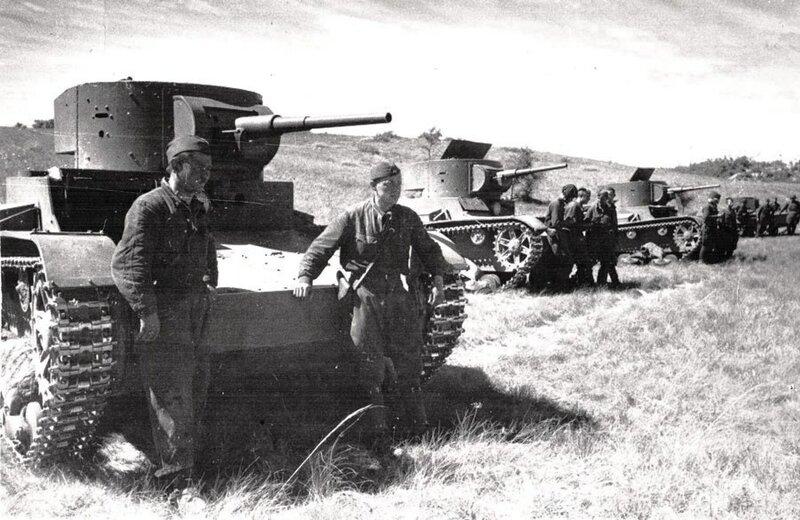 Советские танкисты у танков Т-26. Халхин-Гол.